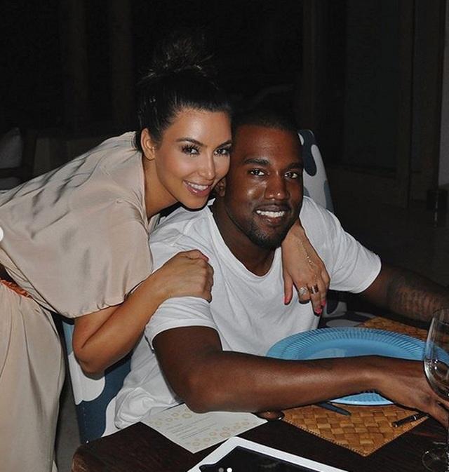 Kim Kardashian mặc đồ lạ mắt, tình tứ bên chồng - 5