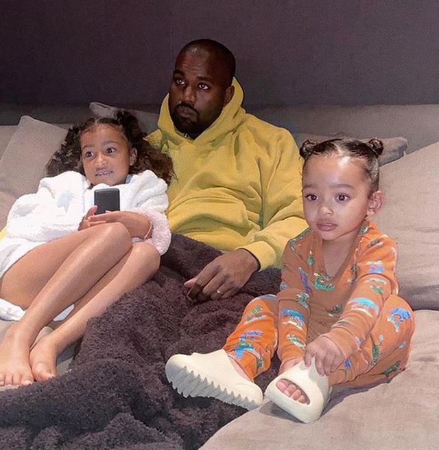 Kim Kardashian mặc đồ lạ mắt, tình tứ bên chồng - 7
