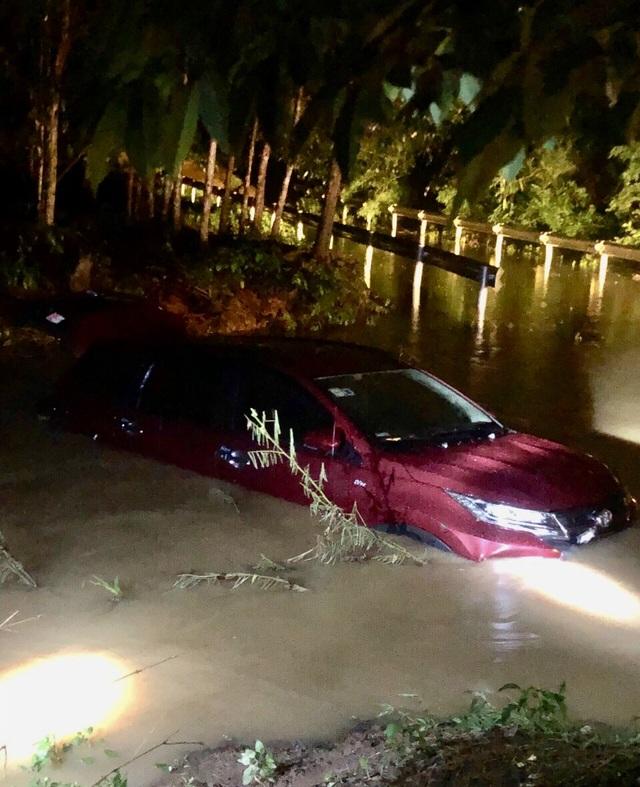 2 ô tô bị cuốn trôi xuống suối, 12 người may mắn thoát chết - 1