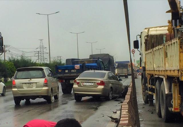 BMW tông dải phân cách rồi lật ngang trong mưa lớn - 1