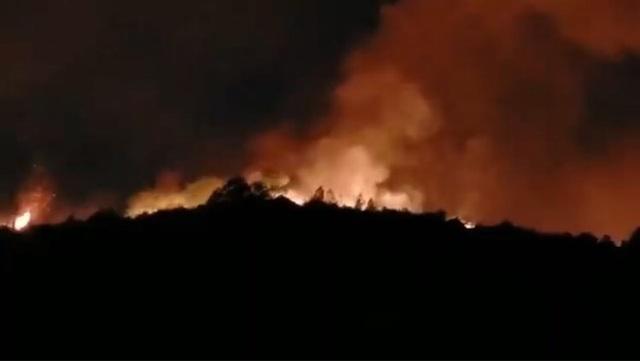 Hàng trăm người đang khống chế đám cháy rừng lan rộng 2 xã - 1