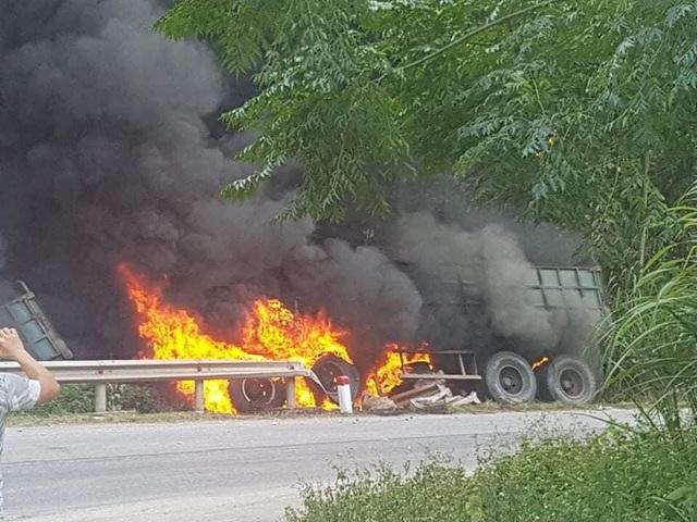 Xe container lao vào vệ đường rồi bốc cháy - 1