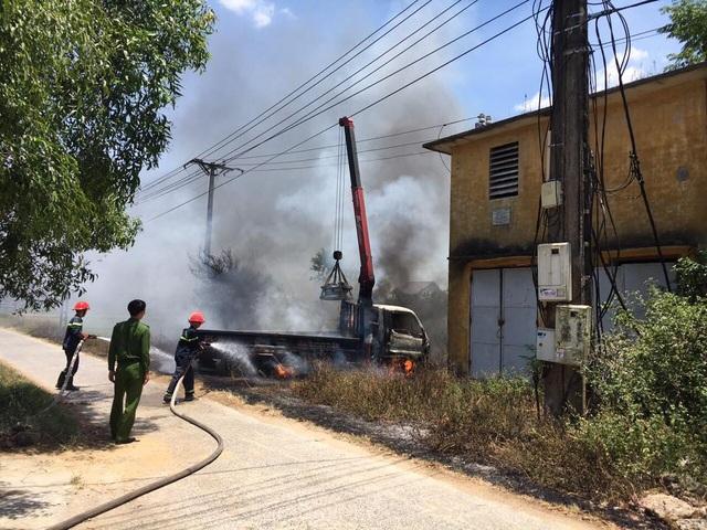 Cần cẩu vướng dây điện, tài xế tử vong trong xe tải bốc cháy - 2