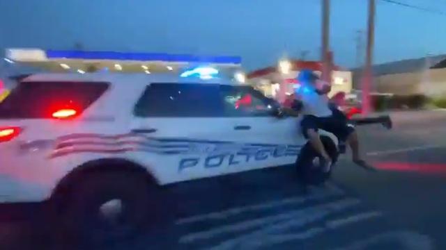 Video xe cảnh sát Mỹ lao qua đám đông biểu tình - 1