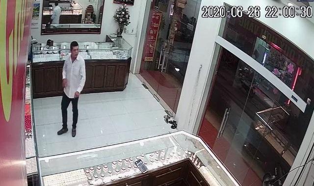 Làm rõ hành vi của người phụ nữ bí ẩn trong vụ cướp tiệm vàng ở Hà Nội - 2