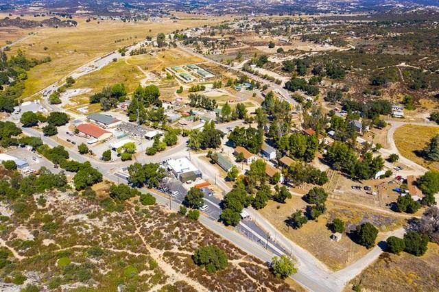 Những ngôi làng, thị trấn đang được rao bán, có nơi dưới 300.000 USD - 8