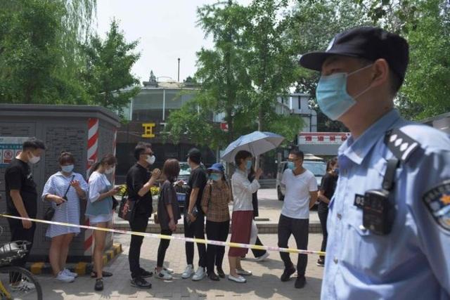 Covid-19 khó lường, Trung Quốc phong tỏa nửa triệu dân gần Bắc Kinh - 1