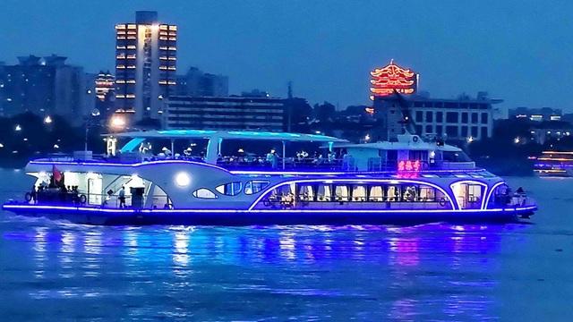 """Trung Quốc """"trình làng"""" tàu chở khách chạy bằng điện lớn nhất - 2"""