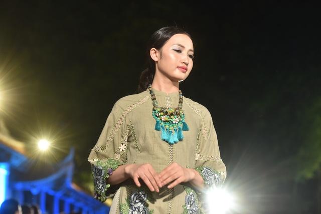 NSND Trà Giang cùng dàn người mẫu trình diễn 1000 mẫu áo dài tại Văn Miếu - 18