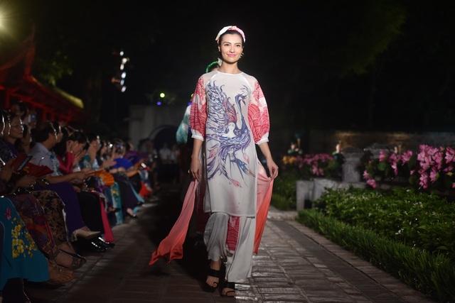 NSND Trà Giang cùng dàn người mẫu trình diễn 1000 mẫu áo dài tại Văn Miếu - 19