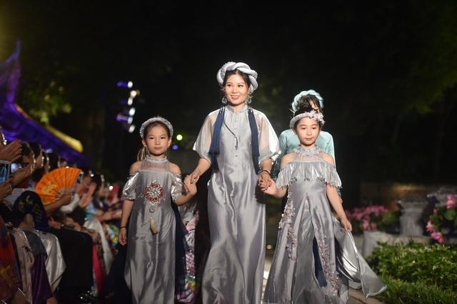 NSND Trà Giang cùng dàn người mẫu trình diễn 1000 mẫu áo dài tại Văn Miếu - 7