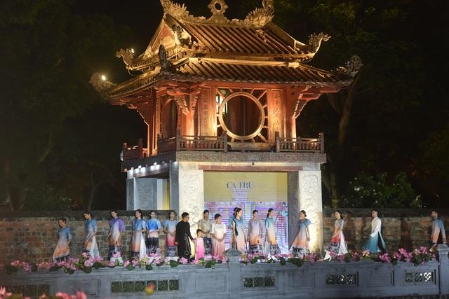 NSND Trà Giang cùng dàn người mẫu trình diễn 1000 mẫu áo dài tại Văn Miếu - 2