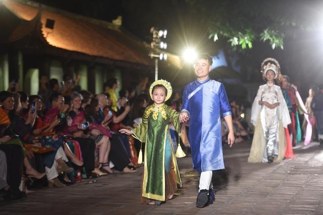 NSND Trà Giang cùng dàn người mẫu trình diễn 1000 mẫu áo dài tại Văn Miếu - 9