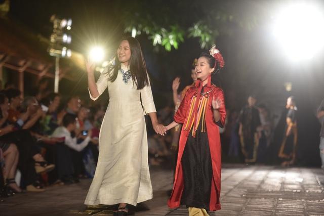NSND Trà Giang cùng dàn người mẫu trình diễn 1000 mẫu áo dài tại Văn Miếu - 6