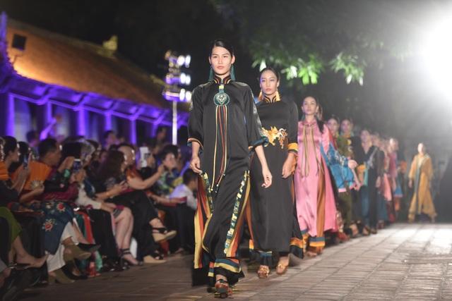 NSND Trà Giang cùng dàn người mẫu trình diễn 1000 mẫu áo dài tại Văn Miếu - 10