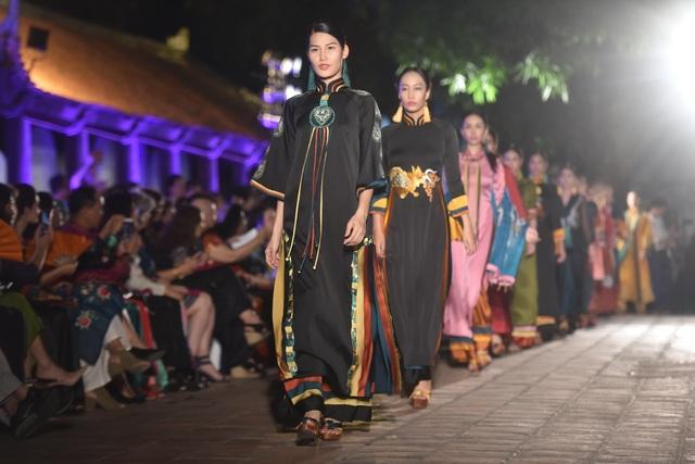 NSND Trà Giang cùng dàn người mẫu trình diễn 1000 mẫu áo dài tại Văn Miếu - 13