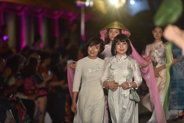 NSND Trà Giang cùng dàn người mẫu trình diễn 1000 mẫu áo dài tại Văn Miếu - 5