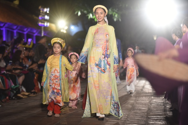 NSND Trà Giang cùng dàn người mẫu trình diễn 1000 mẫu áo dài tại Văn Miếu - 14
