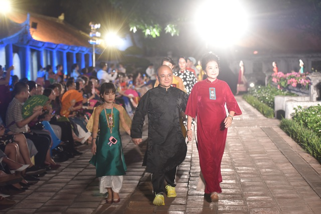 NSND Trà Giang cùng dàn người mẫu trình diễn 1000 mẫu áo dài tại Văn Miếu - 4