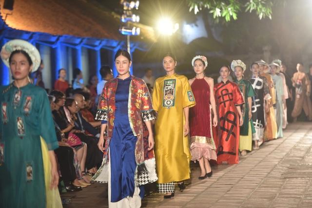 NSND Trà Giang cùng dàn người mẫu trình diễn 1000 mẫu áo dài tại Văn Miếu - 11