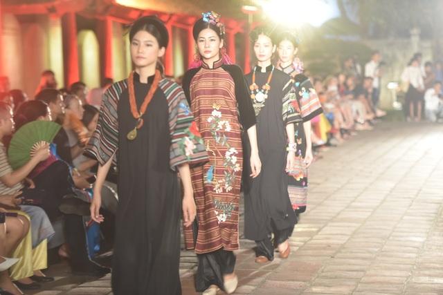 NSND Trà Giang cùng dàn người mẫu trình diễn 1000 mẫu áo dài tại Văn Miếu - 16