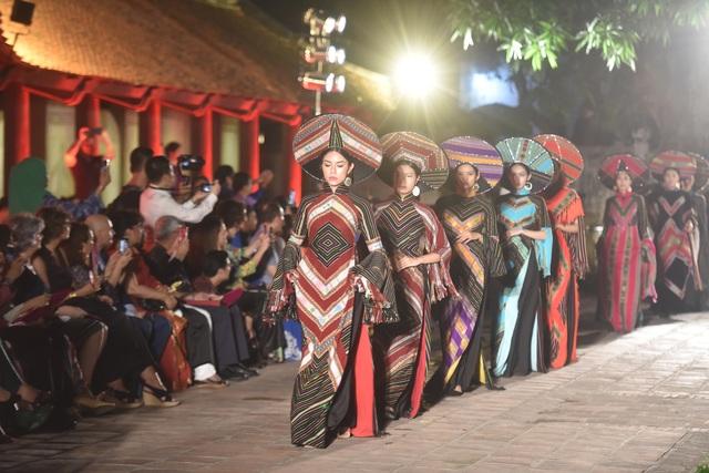 NSND Trà Giang cùng dàn người mẫu trình diễn 1000 mẫu áo dài tại Văn Miếu - 17
