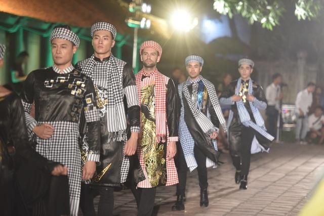 NSND Trà Giang cùng dàn người mẫu trình diễn 1000 mẫu áo dài tại Văn Miếu - 15