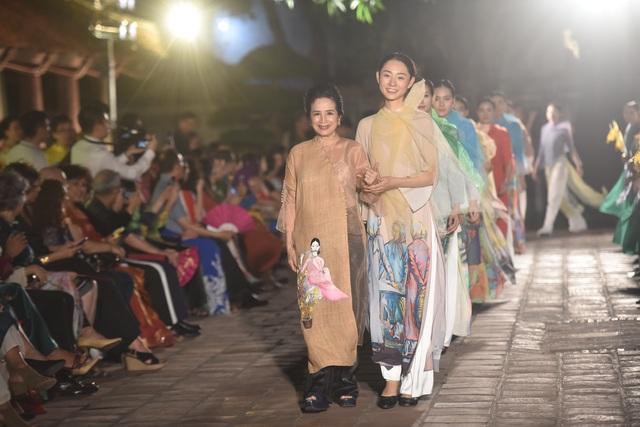 NSND Trà Giang cùng dàn người mẫu trình diễn 1000 mẫu áo dài tại Văn Miếu - 3