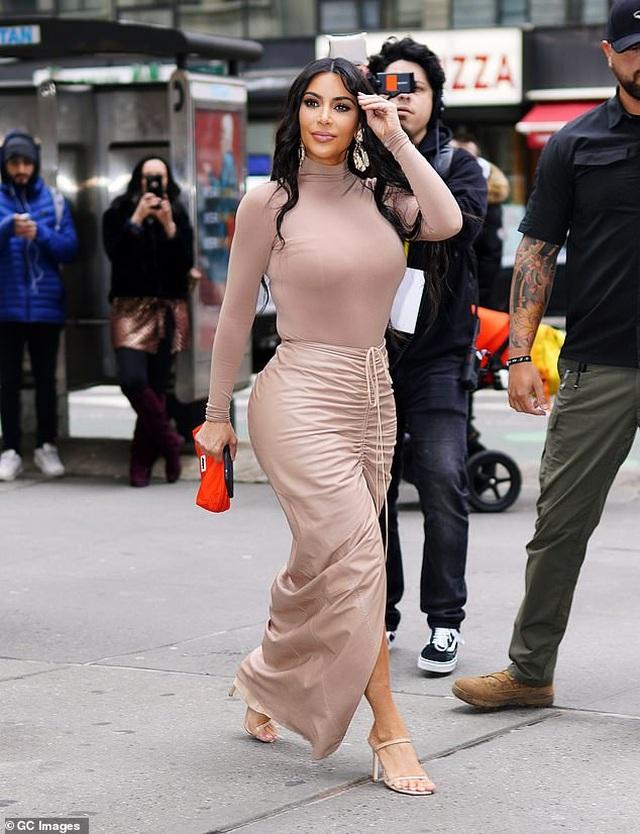 Mẫu dép nào đang được Kim Kardashian, Elsa Hosk yêu thích? - 1