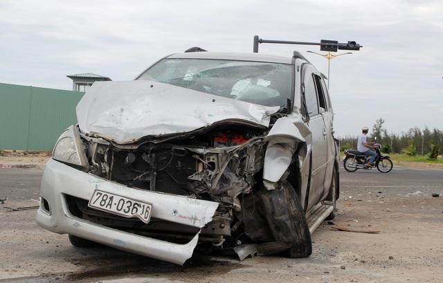 Ô tô 7 chỗ va chạm với xe tải, 4 người nhập viện - 2