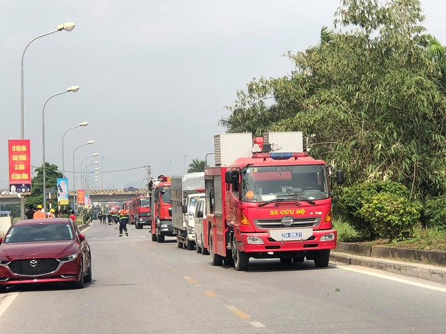 Hà Nội: Cháy lớn gần tổng kho xăng dầu, thùng hóa chất văng xa trăm mét - 13