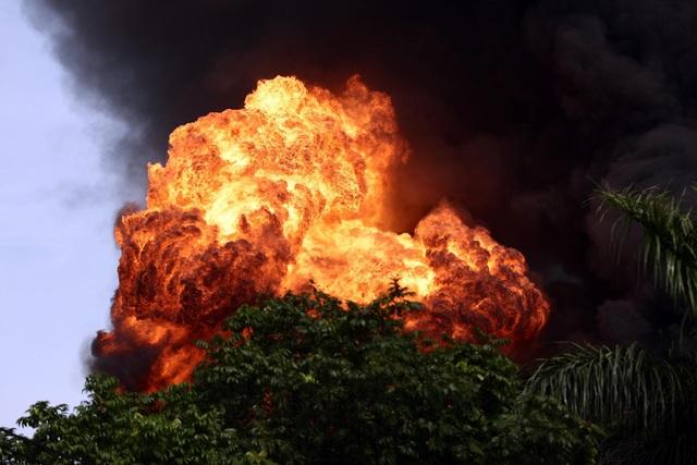 Hà Nội: Cháy lớn gần tổng kho xăng dầu, thùng hóa chất văng xa trăm mét - 1