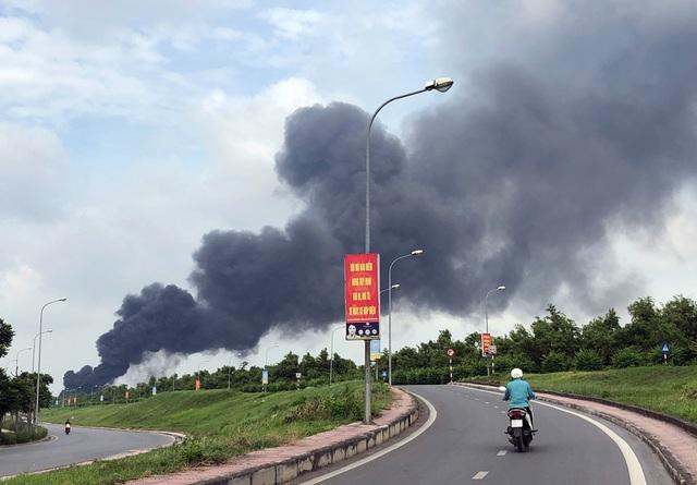 Hà Nội: Cháy lớn gần tổng kho xăng dầu, thùng hóa chất văng xa trăm mét - 16
