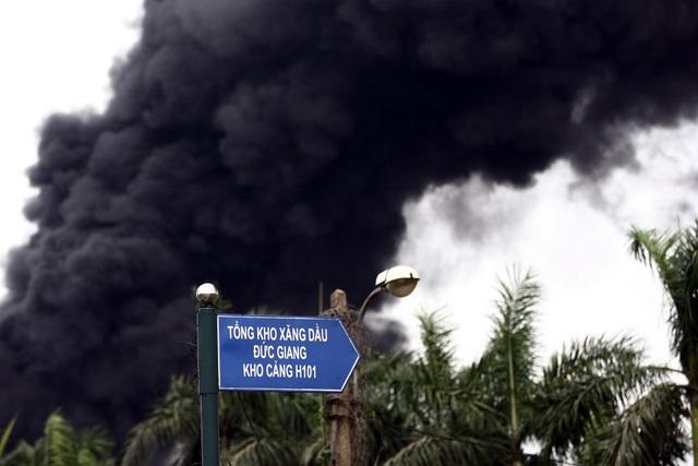Hà Nội: Cháy lớn gần tổng kho xăng dầu, thùng hóa chất văng xa trăm mét - 5