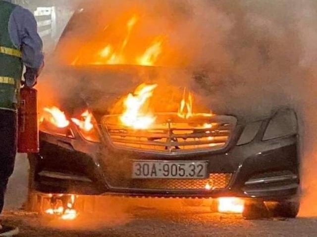 Xe Mercedes cháy trơ khung trên cầu Bạch Đằng - 2