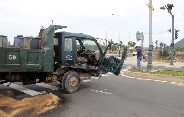 Ô tô 7 chỗ va chạm với xe tải, 4 người nhập viện - 3