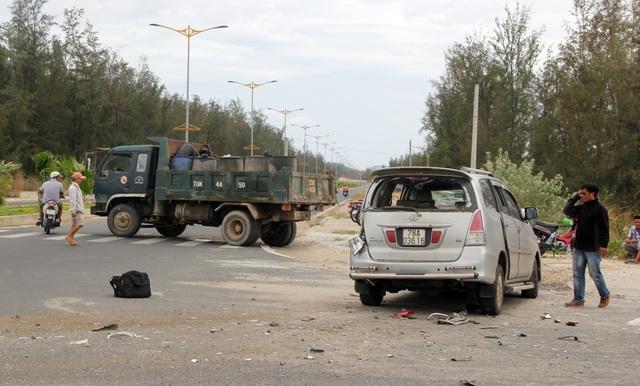 Ô tô 7 chỗ va chạm với xe tải, 4 người nhập viện - 1