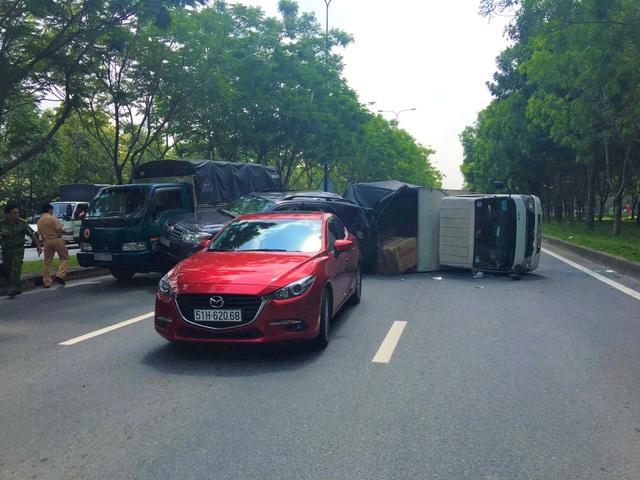 Nhiều ô tô tông nhau, 2 cháu bé thoát nạn nhờ đổi chỗ ngồi - 1