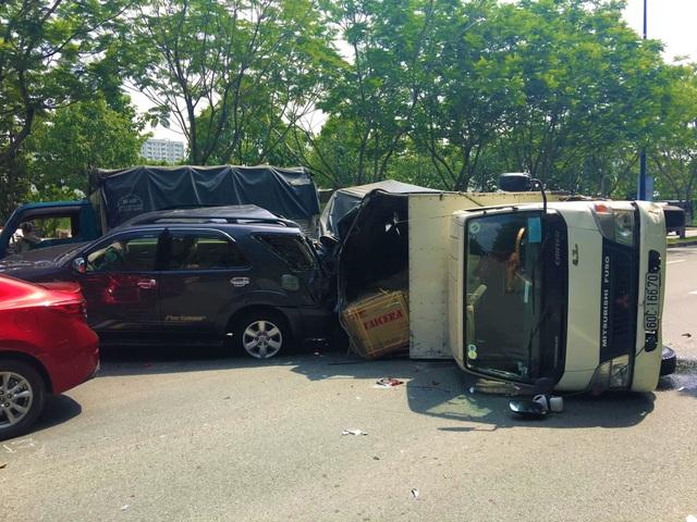 Nhiều ô tô tông nhau, 2 cháu bé thoát nạn nhờ đổi chỗ ngồi - 2