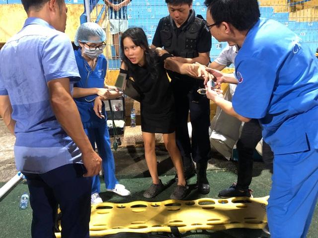 Nữ cổ động viên bị ngất trên sân Hàng Đẫy - 3