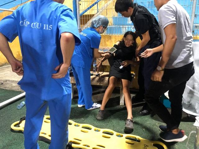 Nc247info tổng hợp: Nữ cổ động viên bị ngất trên sân Hàng Đẫy
