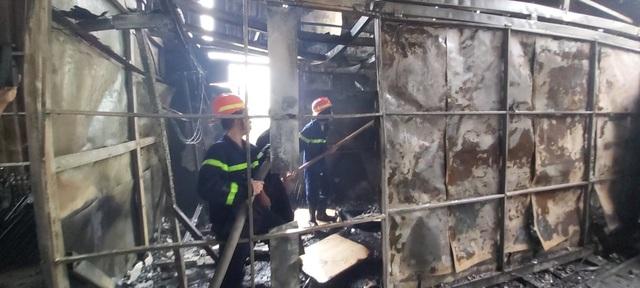 """Bà hỏa"""" thiêu rụi cơ sở sơn tĩnh điện nằm trong khu dân cư - 2"""
