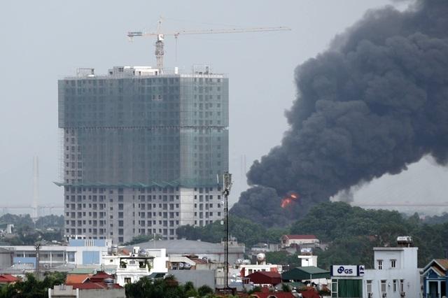 Hà Nội: Cháy lớn gần tổng kho xăng dầu, thùng hóa chất văng xa trăm mét - 10