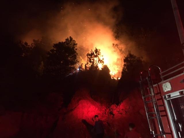 Cận cảnh biển lửa đỏ rực trong đám cháy rừng kinh hoàng ở Nghệ An, Hà Tĩnh - 14