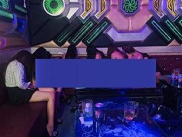 Nhiều nữ tiếp viên múa thoát y trong quán karaoke - 1