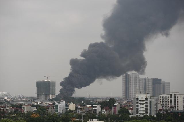 Hà Nội: Cháy lớn gần tổng kho xăng dầu, thùng hóa chất văng xa trăm mét - 17