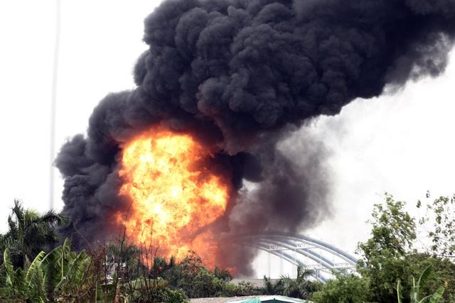 Hà Nội: Cháy lớn gần tổng kho xăng dầu, thùng hóa chất văng xa trăm mét - 3