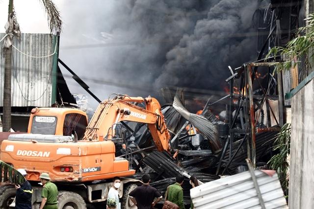 Hà Nội: Cháy lớn gần tổng kho xăng dầu, thùng hóa chất văng xa trăm mét - 7