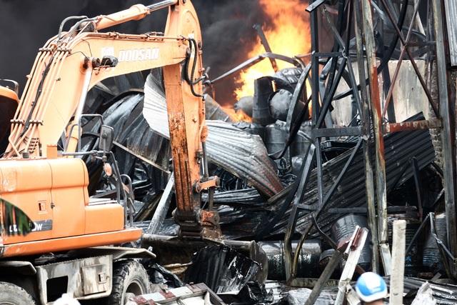Hà Nội: Cháy lớn gần tổng kho xăng dầu, thùng hóa chất văng xa trăm mét - 6