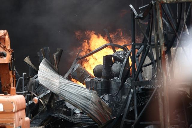 Hà Nội: Cháy lớn gần tổng kho xăng dầu, thùng hóa chất văng xa trăm mét - 8